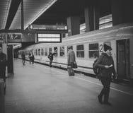Warschau, Polen - 29. November 2016: Der Abfluss vom Schutzblechpersonenzug Konzentrieren Sie sich auf den Mann und die Frau, die Lizenzfreie Stockbilder