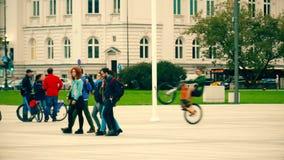 WARSCHAU, POLEN - 14. SEPTEMBER 2017 Polnischer Jugendlichweg auf der Straße Stockfotos