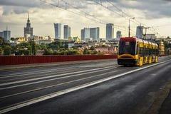 Warschau-Skyline mit TRAM Abschluss OBEN lizenzfreie stockbilder
