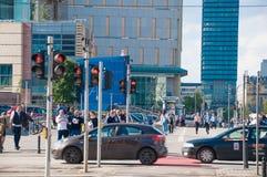 WARSHAU - MEI 19: Mensen die de voetgangersoversteekplaats in Warshau de stad in op 19 Mei, 2019 in Warshau, Polen schenden Menin stock foto's