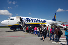 WARSHAU - MEI 2, 2015: Passеngers die Ryanair-vlucht, op Ma inschepen royalty-vrije stock foto