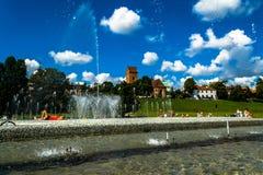 """Warshau, Polen †""""16 Juli, 2017: Fonteinen dichtbij het koninklijke kasteel in Warshau Fonteinen het park van verschillende medi Stock Foto's"""