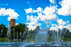 """Warshau, Polen †""""16 Juli, 2017: Fonteinen dichtbij het koninklijke kasteel in Warshau Fonteinen het park van verschillende medi Royalty-vrije Stock Afbeelding"""