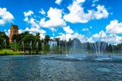 """Warshau, Polen †""""16 Juli, 2017: Fonteinen dichtbij het koninklijke kasteel in Warshau Fonteinen het park van verschillende medi Royalty-vrije Stock Foto"""