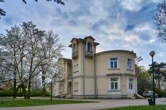 Warshau, Polen - April 14, 2016: De bouw van Bibliotheek voor Kinderen en de Jeugd in Veteranenpark bij de lente, staart Wlochy Royalty-vrije Stock Fotografie
