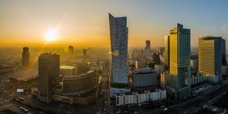 WARSHAU, POLEN - DEC 27, 2017: panorama van hierboven op een moderne avondstad Zonsondergang over de Stad Moderne wolkenkrabbers Royalty-vrije Stock Fotografie