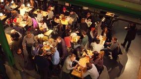 WARSHAU, POLEN - DECEMBER, 21, 2016 Mensen die in de koffie eten Mening van boven schot Royalty-vrije Stock Afbeeldingen