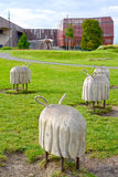 Warshau, Polen Decoratieve houten beeldhouwwerken van schapen in het Park van openers tegen de achtergrond van het planetariumgeb Royalty-vrije Stock Foto's