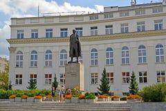 Warshau, Polen Een mening van het monument van Vintsenta Vitosu ` s tegen de achtergrond van het gebouw Stock Afbeeldingen