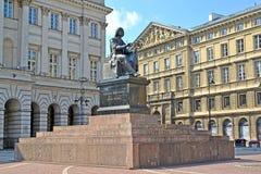 Warshau, Polen Een monument aan Nicolaus Copernicus tegen de achtergrond van het paleis van Stashits ` s Stock Afbeelding