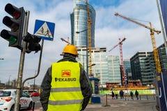 Warshau Polen 18 februari, 2019 De bouwer gaat naar bouw langs de weg Bouwer dichtbij het verkeerslicht E royalty-vrije stock afbeeldingen