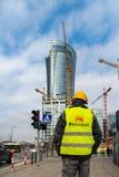 Warshau Polen 18 februari, 2019 De bouwer gaat naar bouw langs de weg Bouwer dichtbij het verkeerslicht E stock afbeelding
