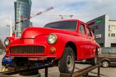 Warshau Polen 18 februari, 2019 Rode retro auto op het platform stock fotografie