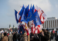Warshau, Polen, 27 februari, 2016; twee vrouwen die de vlaggen van de EU en van het poetsmiddel kopen Royalty-vrije Stock Afbeeldingen
