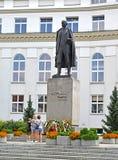 Warshau, Polen Het monument van Vintsentavitosu ` s tegen de achtergrond van het gebouw Royalty-vrije Stock Fotografie