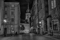 WARSHAU, POLEN, 1 Juli, 2016: Eenzame jongen op de nachtstraat van de Oude Stad in Warshau Stock Foto