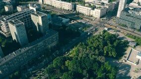 Warshau, Polen - Juni 5, 2019 Antenne van Swietokrzyski-Park en Marszalkowska-straat in stadscentrum dat wordt geschoten stock video