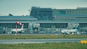 WARSHAU, POLEN - JUNI 15, 2018 De passagiers schepen vliegtuig via jetbridge bij Chopin-luchthaventerminal in stock video
