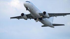 WARSHAU, POLEN - JUNI 15, 2018 Lz-MDK via het vliegtuigstart van de Luchtroutesluchtbus A320-232 stock footage
