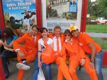 WARSHAU, POLEN - JUNI 2012: Nederlandse voetbalsupporers kleedden zich in de nationale kleurensinaasappel De ventilators steunen  Stock Afbeeldingen