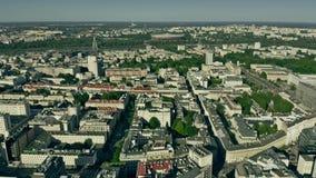 Warshau, Polen - Juni 5, 2019 Satellietbeeld van cityscape dichtbij de Vistula-Rivier en PGE Narodowy, een ingezetene stock video