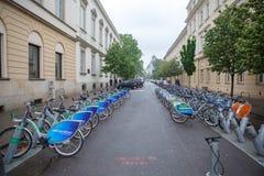 Warshau, Polen - Mei 15, 2019: Wachten de huur openbare fietsen op de mensen in Warshau te nemen royalty-vrije stock foto's