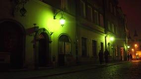 WARSHAU, POLEN - NOVEMBER, 28, 2016 Oude stadsstraat bij nacht Europese stads4k steadicam video stock footage