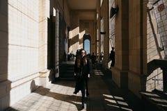 WARSHAU, POLEN, OCT 14 2018 - Vrouw die rond het gezichtspuntterras lopen van Paleis van Cultuur en Wetenschap royalty-vrije stock fotografie