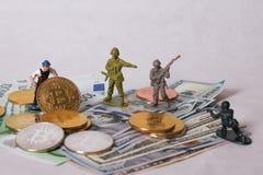 WARSHAU/POLEN - September 23 2018: bitcoins nieuwe virtuele munt Een arbeider graaft op gouden bitcoin met dollarachtergrond stock afbeeldingen