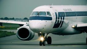 WARSHAU, POLEN - SEPTEMBER 8, 2017 Embraer 195 commerciële vliegtuig die van PARTIJ het Poolse luchtvaartlijnen bij de luchthaven stock video
