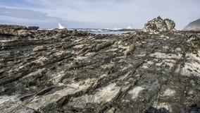 Warstwa skały przy plażą Zdjęcie Royalty Free