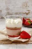 Warstwa truskawkowy deser z batożącą kremową polewą Fotografia Royalty Free
