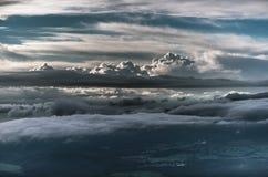 Warstwy chmury w wieczór niebie nad kołysań się wzgórzy landscap Zdjęcia Stock