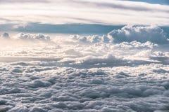 Warstwy chmury w wieczór niebie nad kołysań się wzgórzy landscap Obraz Royalty Free