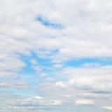 Warstwy cumulus chmury w błękitnym jesieni niebie Zdjęcie Royalty Free