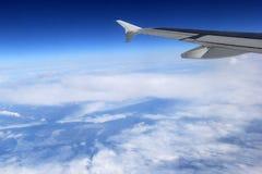 Warstwy piękne chmury i niebieskie niebo widzieć od dżetowego okno Zdjęcia Royalty Free