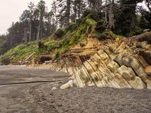Warstwy skała tworzą falezę przy plażą zdjęcie royalty free