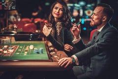 Warstwy wyższa para uprawia hazard w kasynie Obraz Stock