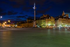 Warszawa gammal stad på natten royaltyfri foto