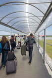 WARSZAWA - MAJ 2, 2015: Passеngers som stiger ombord ett flyg i Modlin ai Royaltyfria Bilder