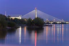 WARSZAWA POLAND-APRIL 24,2017: Nationell stadion och Swietokrzyski bro på natten royaltyfri bild