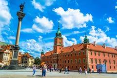 """Warszawa Polen †""""Juli 14, 2017: Plac Zamkowy - slottfyrkanten i Warszawa Arkivfoton"""