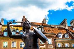 """Warszawa Polen †""""Juli 14, 2017: Skulptur av en sjöjungfru i den gamla staden i Warszawa på solig dag Arkivbilder"""