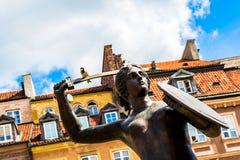 """Warszawa Polen †""""Juli 14, 2017: Skulptur av en sjöjungfru i den gamla staden i Warszawa på solig dag Fotografering för Bildbyråer"""