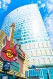 """Warszawa Polen †""""Maj 06, 2017: Modern bostads- byggnad i Warszawa Skyskrapor i Warszawa på solig dag med blå himmel Royaltyfri Fotografi"""