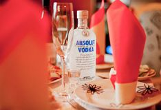 WARSZAWA POLEN - April 13, 2012: Absolut vodkaalkohol på födelsedagtabellen Fotografering för Bildbyråer