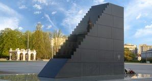 Warszawa Polen-April 2018: Monument som är hängiven till offren av royaltyfri fotografi