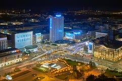 Warszawa Polen - Augusti 27, 2016: Flyg- panoramautsikt till centret av polsk huvudstad vid natt, uppifrån slott Arkivfoto