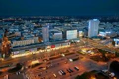 Warszawa Polen - Augusti 27, 2016: Flyg- panoramautsikt till centret av polsk huvudstad vid natt, uppifrån slott Royaltyfria Bilder