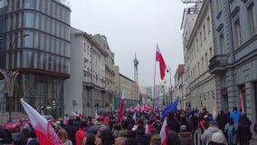 WARSZAWA POLEN - DECEMBER, 17, 2016 Folk med polska och europeiska fackliga flaggor som marscherar i gatan Royaltyfri Foto